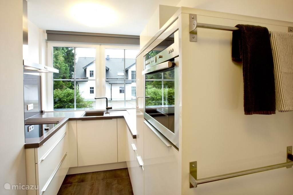Appartement A complete keuken met vaatwasser en combi magnetron.