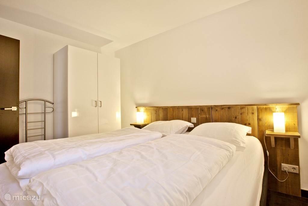 Appartement A met twee slaapkamers waarvan er een met twee persoons bed.