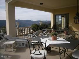 Terras, voorzien van comfortabele  terrasmeubels om heerlijk buiten te tafelen.....