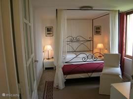 Kleine suite, slaapkamer 12m2, romantische kamer met ochtendzon en een schitterend uitzicht over het 400m diepe dal.