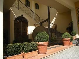 Entree van de Villa, rechts de  buitentrap naar de  appartementen 'Marin' en 'Maestro', beide gelegen op de eerste verdieping.