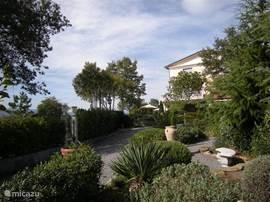 Mediterrane tuin,de parking bevindt zich op eigen besloten terrein,  ook voor uw mountainbikes is er een veilige stalling.