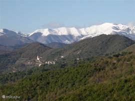 De nabijgelegen Ligurische Alpen zijn van eind september tot ongeveer half mei bedekt met sneeuw.