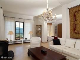 Zitkamer aansluitend aan het terras, elegant en prettig ingericht.