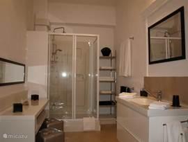 'Master-bathroom' 12m2, grote wastafel, aparte toilettafel met poefjes, en veel ruimte voor uw badspullen......