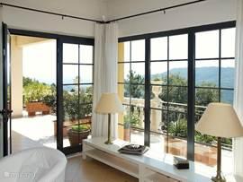 De serre-hoek van de zitkamer biedt een ongelooflijk mooi zicht op de Middellandse Zee en omringende bergen.