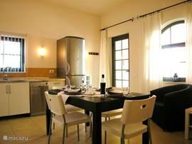 Grote woonkeuken (22m2), twee ramen en de glazen deur bieden uitzicht en toegang tot uw  terras.