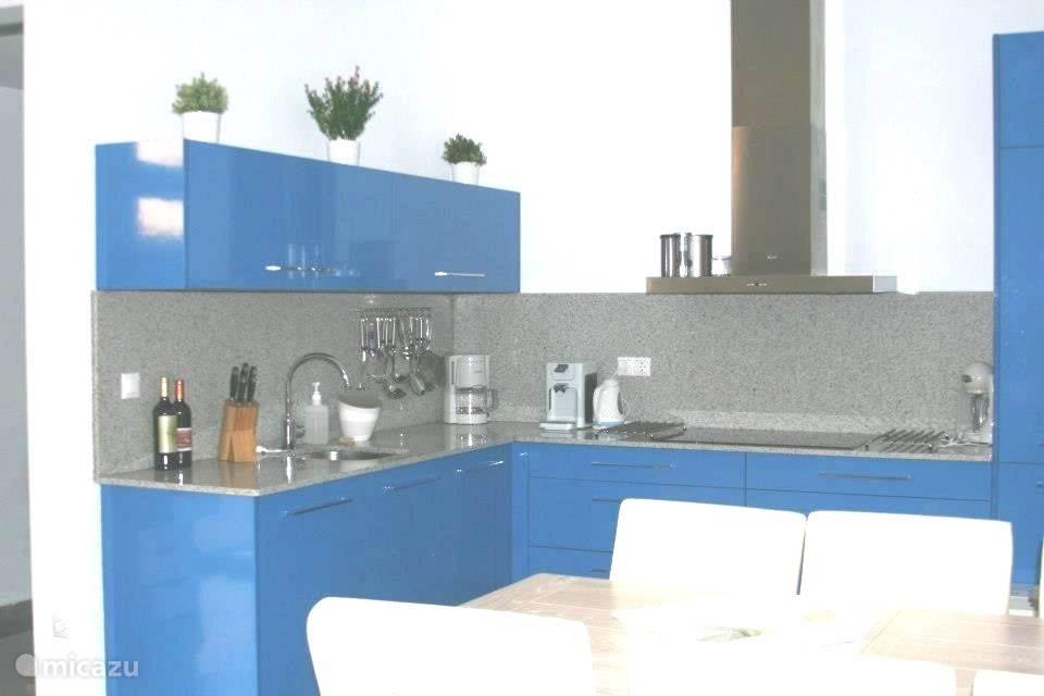 Moderne hoekkeuken met alle benodigde apparatuur
