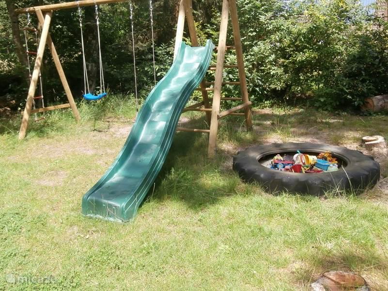 In de tuin van de HortensiaHof staat een eigen schommelset met glijbaan