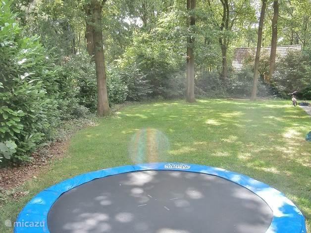 de tuin is geschikt om lekker te badmintonnen, voetballen en te zonnen.