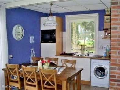 de keuken biedt plaats aan 6 personen (en er is een kinderstoel)