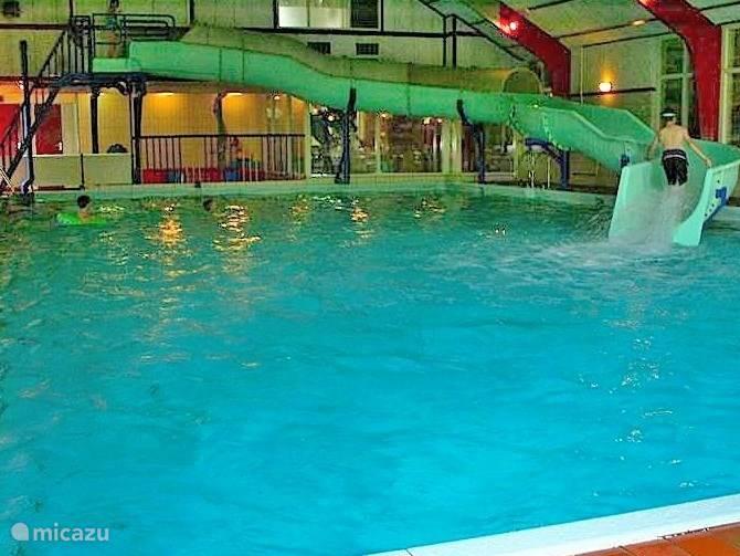 Het parkzwembad met waterglijbaan
