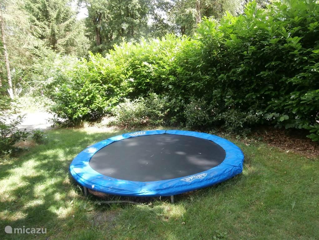 In de tuin van de HortensiaHof staat een eigen trampoline van 305 cm doorsnee
