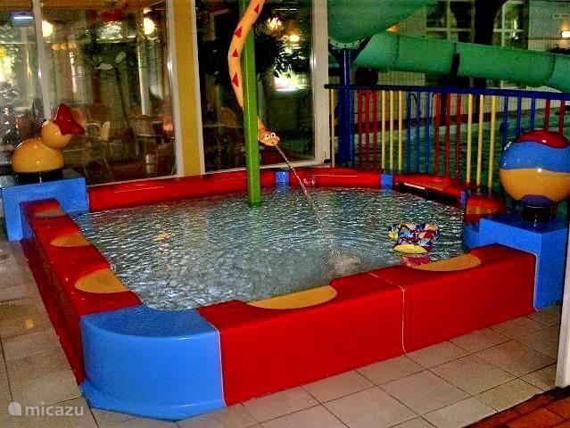 Het peuterbad in het overdekte en verwarmde parkzwembad