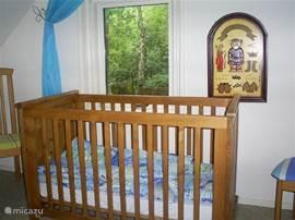 Extra plaats: een kind tot 2,5 jaar kan er extra bij: Kinderledikantje in blauwe slaapkamer