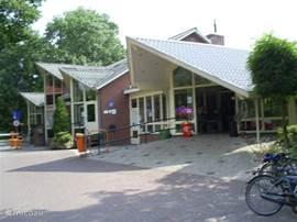 Hoofdgebouw van het park met receptie, restaurant en zwembad
