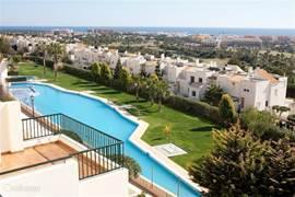Fantastisch uitzicht vanaf het terras op het zwembad, de golfbaan en de Middellandse Zee.