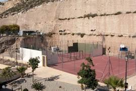 Tennisbaan en basketbalveld welke uitsluitend te gebruiken zijn door huurders/bewoners van La Ladera del Golf.