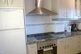 Modern en compleet uitgeruste keuken voorzien van alle gemakken. Vaatwasser, magnetron, oven, koelvriescombinatie en wasmachine zijn aanwezig.