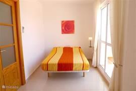 Slaapkamer voorzien van inloopkast en badkamer ensuite. Aangrenzend een royaal en zonnig dakterras met volop privacy.