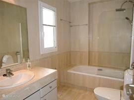 Luxe badkamer grenzend aan de masterbedroom. Voorzien van ligbad, stortdouche, wastafelmeubel en toilet.