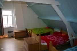 Slaapzolder met 4 éénpersoonsbedden