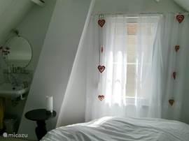 Rond tweepersoonsbed in slaapkamer boven