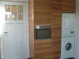 In de keuken ook een combimagnetron, waschmachine en droger