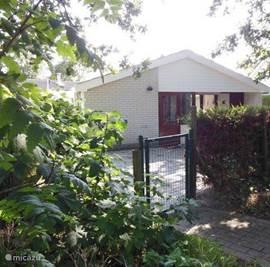 Nog een fotootje van ons heerlijke huisje met het poortje naar de weg.