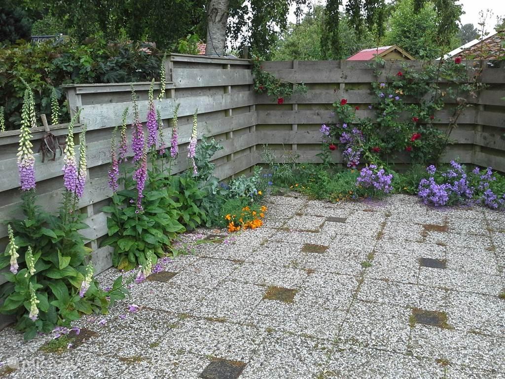 Een beschut hoekje van de tuin ....
