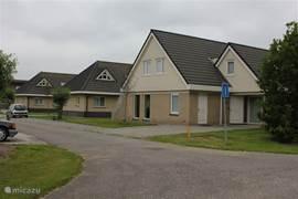 Villa Pollux, met prive parkeerplaatsen voor de deur voor max. 4 personenauto's.