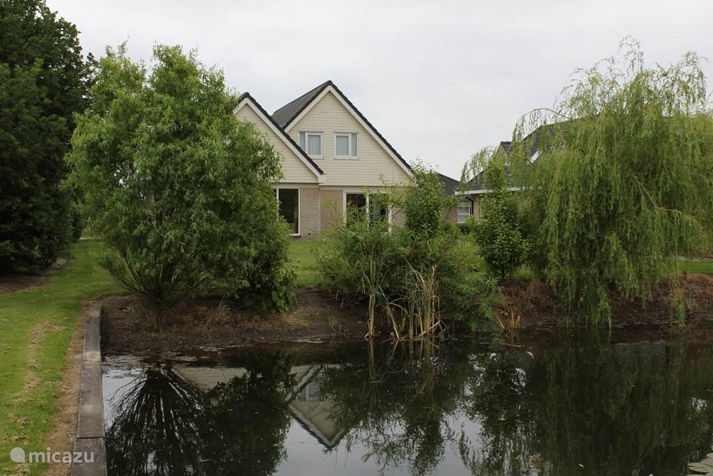 Villa Pollux: vanaf de zeer ruime achtertuin bezien.