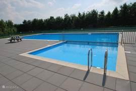 Het gemeenschappelijke openlucht zwembad is op twee minuten afstand lopen. Er is een afgesloten pierenbadje voor de allerkleinsten. Geopend van juni tot en met augustus.