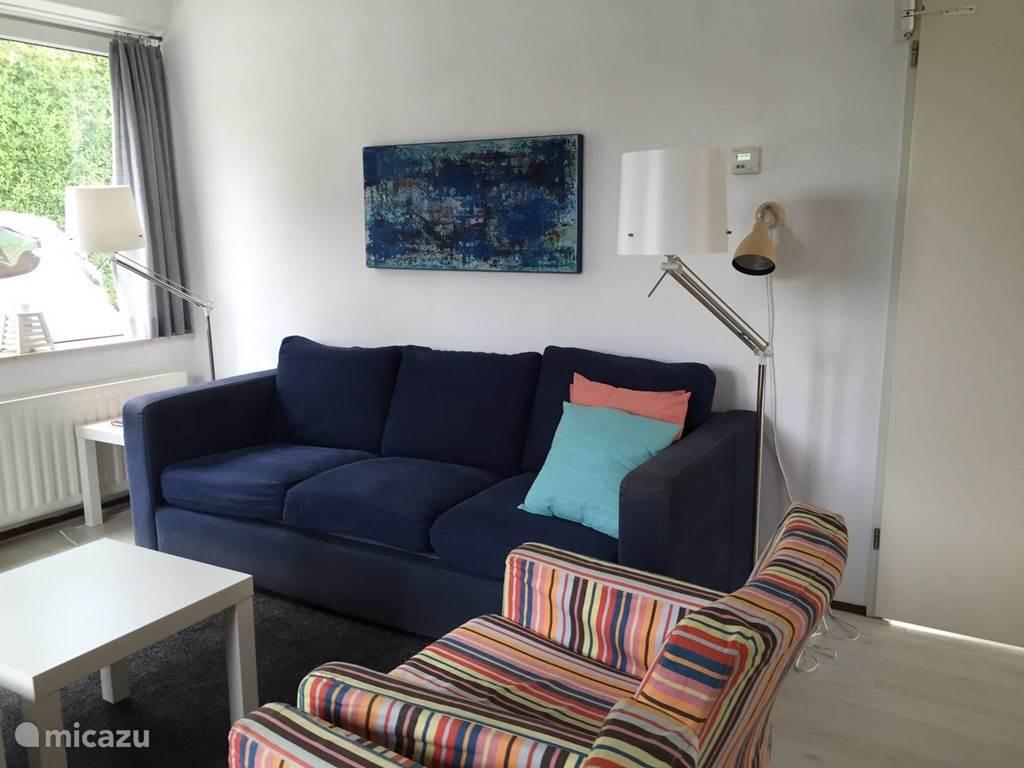 ruime lichte zitkamer met gezellige en comfortabele zithoek