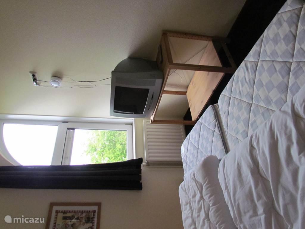 Slaapkamer I heeft een tweede tv met dvd speler.