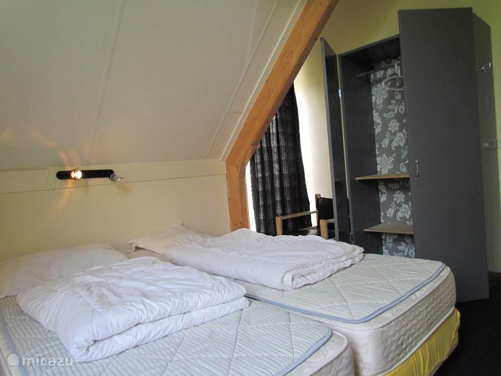 Slaapkamer II, met twee losse matrassen en een garderobekast.