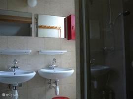 moderne ruime badkamer, met twee wastafels en een douche
