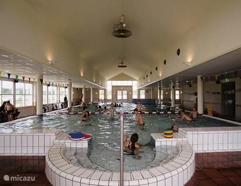 gemeenschappelijk overdekt verwarmd zwembad (20x10x1,5) met apart kinderbadje op loopafstand op het park.