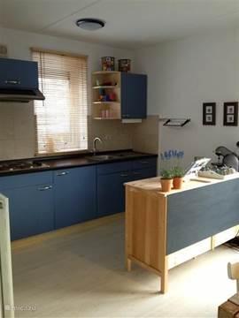 moderne open keuken, met alle benodigde apparatuur o.a. een vaatwasser.