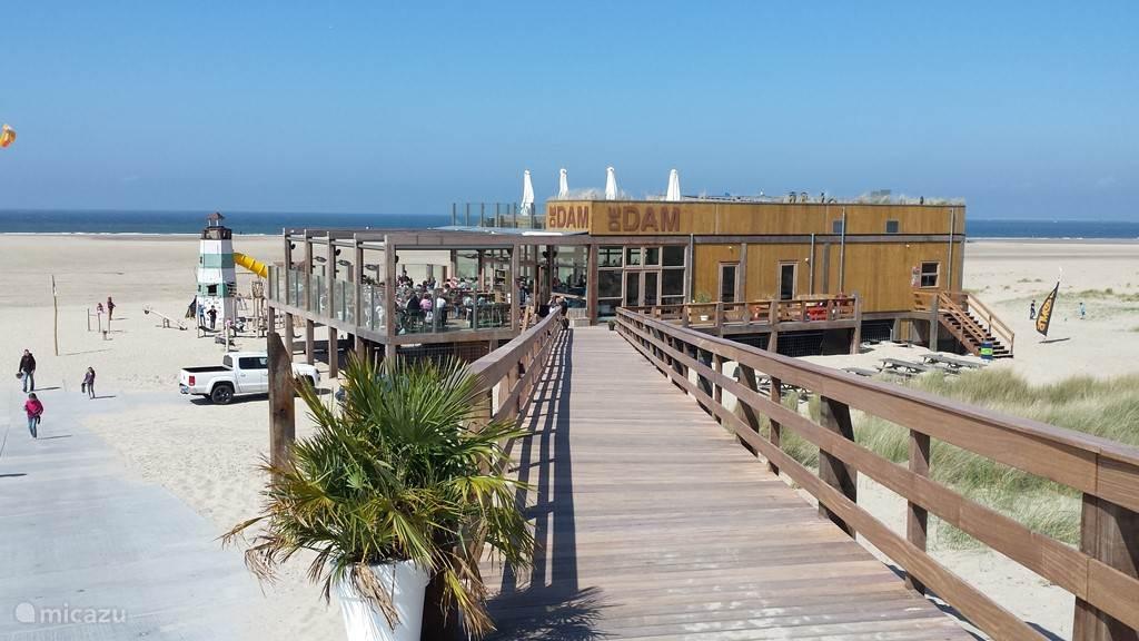 Deze strandclub ligt bij Vrouwenpolder, net naast het Banjaardstrand op fietsafstand.