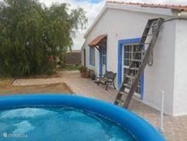 Het terras met het zwembadje