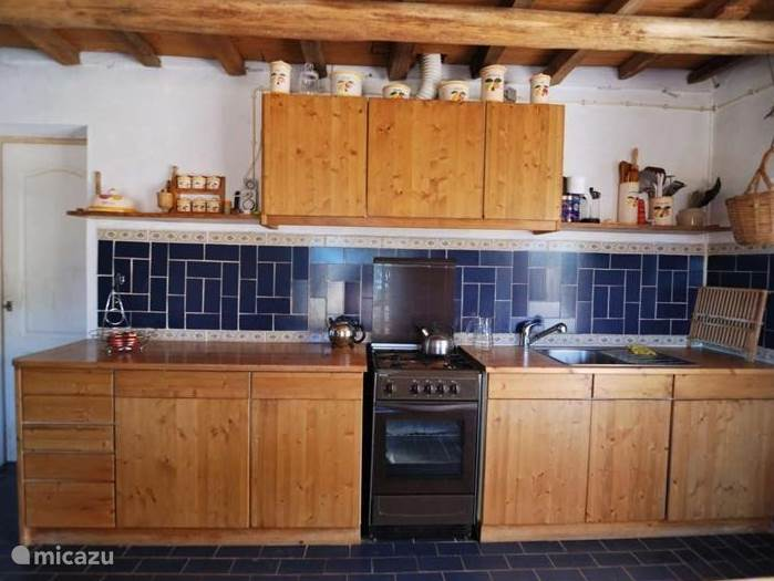 De rustieke keuken met alles wat u nodig heeft. Gezellig samen koken en afwassen!