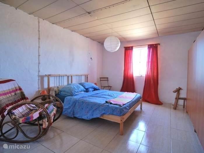 De ouderslaapkamer. Eenvoudig maar prettig Ikea bed met donzen dekbed (voor in de winter) en een ventilator voor in de zomer. Inmiddels met een mooi balkenplafond.