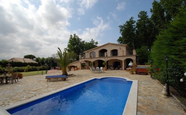 Mooie masia met zwembad te huur ,8 personen,Costa Brava ,3 badk waarv.1 met bad.4 slaapk.zwembad,buiten barbecue,div.terassen,grote tuin 2200m2.