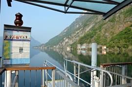 Het meer van Lugano gezien vanaf de aanlegsteiger in Porlezza.