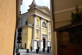 Een van de drie kerken in het knusse centrum van Porlezza.