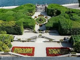 Op slechts 12 kilometer van Porlezza ligt het Comomeer. Langs het meer tref je mondaine huizen en prachtige parkachtige tuinen. Sommige huizen en tuinen zijn toegankelijk. Op de foto de tuin van villa Carlotta.