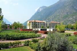 Uitzicht vanaf het terras van ons appartement richting het Palazzo en het meer. Een loopbrug over de rivier brengt u binnen 5 minuten in het dorp.