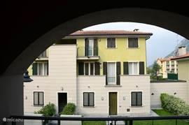 De straatzijde van villa Orchidea. Ons appartement bevindt zich op de eerste verdieping.