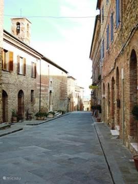 Middeleeuwse huizen aan de hoofdstraat van Belforte.